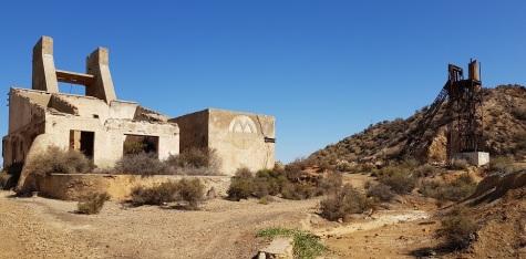Castillete y edificio de la mina