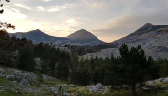 Atardecer con el Monte Lovćen en el centro