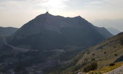 Silueta negra del Monte Lovćen desde el mausoleo