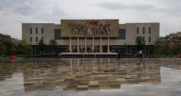 Museo Nacional de Historia, con mural del pueblo albanés