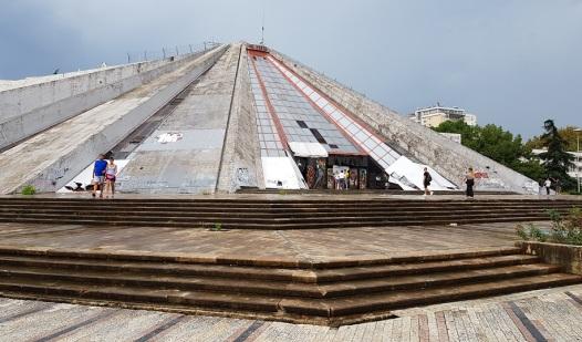 Pirámide homenaje a Hoxha, grafiteada