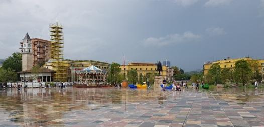 Plaza Skënderbej, con Torre del Reloj y minarete en restauración