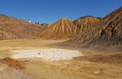 Restos minerales de una balsa evaporada