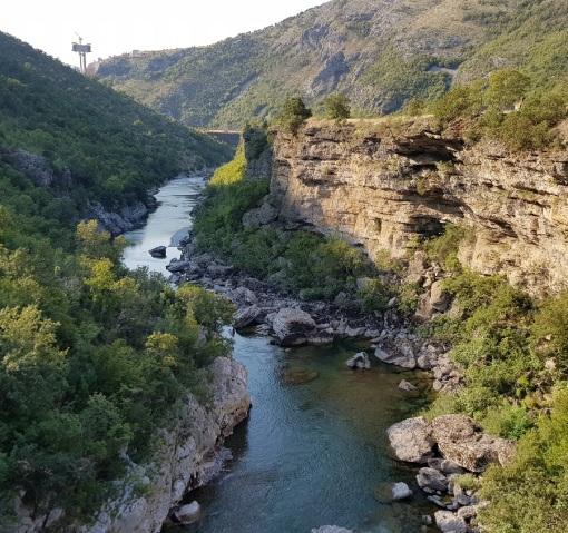 Río Morača excavando el cañón y pilote de autopista al fondo