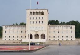 Universidad de Tirana, plaza Madre Teresa