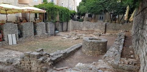 Ruinas de basílica del siglo V intramuros en Budva