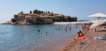 Playa de Sveti Stefan con la fortaleza al fondo