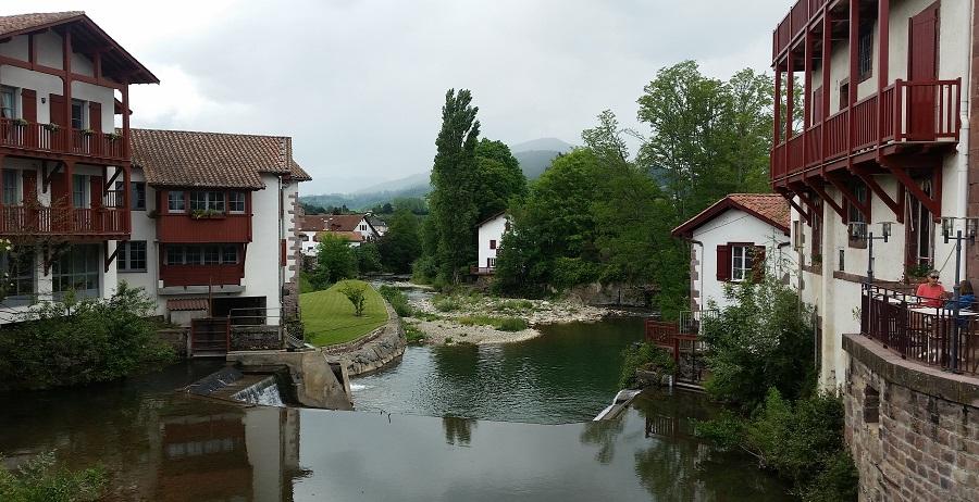 El hermoso pueblo de Saint Jean Pied de Port, casonas vascas sobre el río Nive