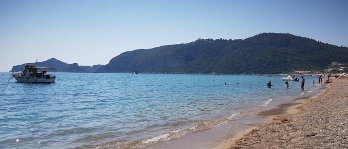 Playa de Agios Georgios Pagon con Porto Timoni y Afionas al fondo