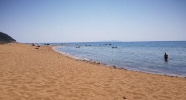Playa de Agios Gordios, mitad sur, arena rojiza