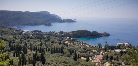 Vistas de la bahía de Paleokastritsa desde la base de Angelocastro