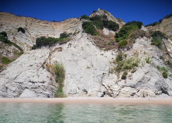 El cielo azul, la roca vertical, el mar cristalino, la arena y mi bolsa: soledad y paz en Arkoudillas