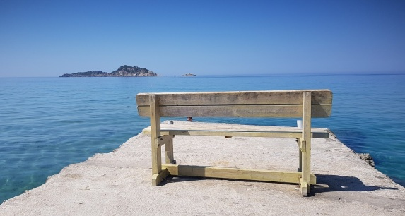 El banco del espigón de la playa de Arillas