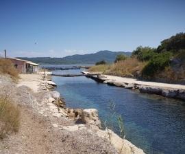 Canal del lago Korission con el lago al fondo