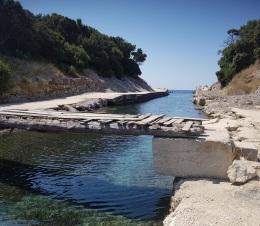 Canal del lago Korission con el mar al fondo