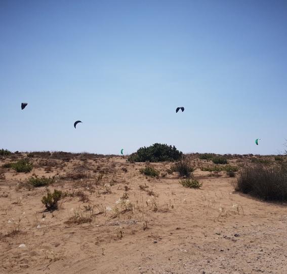 Deportes de agua y viento desde las dunas de Halikounas