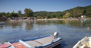 Playa-puerto de Kalyviotis, bajando de Perivoli