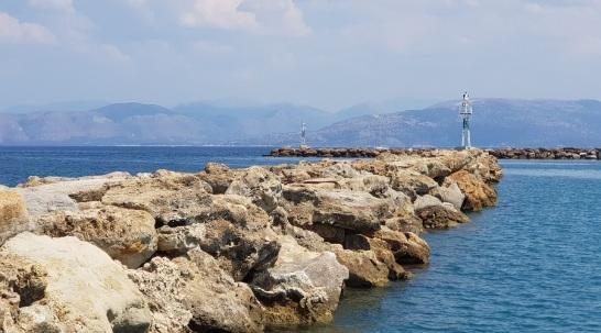 Puerto de Lefkimmi con las montañas de la Grecia continental al fondo