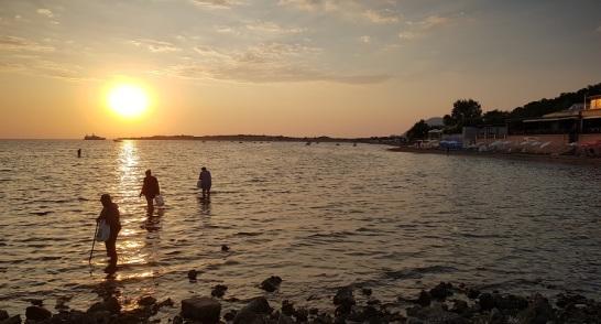 Cangrejeras en el puerto de Agios Georgios con las dunas de Issos-Halikounas al fondo