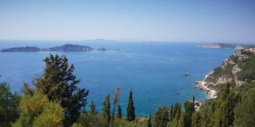 Mirador de Afionas sobre varios islotes de las bahías de Arillas y Agios Stefanos