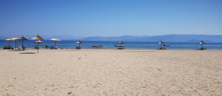 Playa de Kavos con el área continental de Síbota al fondo