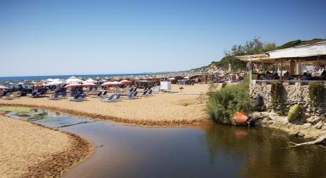 Riachuelo que divide las playas de Santa Barbara y Marathias