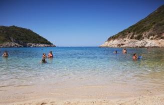 Horizonte desde la playa exterior de Porto Timoni