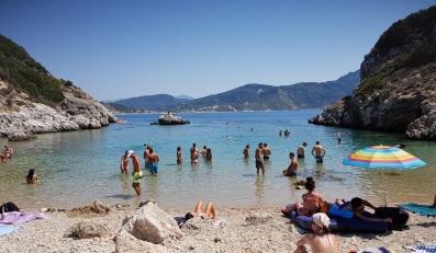 Playa interior de Porto Timoni con Agios Georgios Pagon al fondo