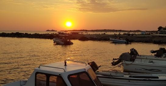 Atardecer en el puerto de Agios Georgios del sur con Issos-Halikounas al fondo