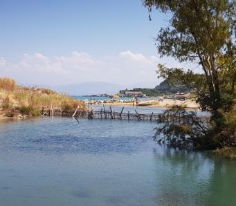 Laguna de Antinioti en su desembocadura por Agios Spiridon
