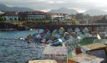 Las casas con galería de la Ribera, tras los Cubos de la Memoria