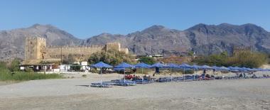 Playa de Frangokastello con el castillo presidiéndola