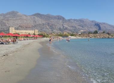 Playa de Frangokastello al pie de las montañas