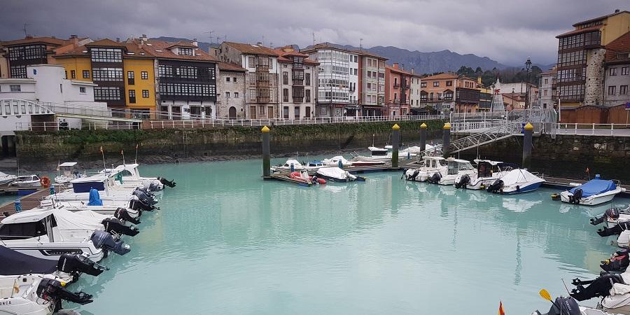 Puerto de Llanes, Asturias, con sus aguas turquesa brillante y el Cuera entre nubes