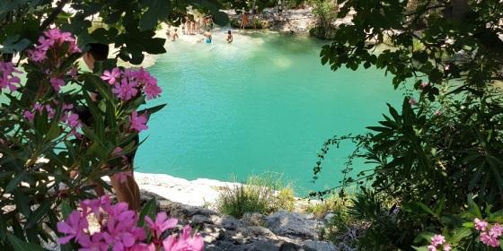 El espectacular azul turquesa de las aguas de Pou Clar resalta entre la vegetación en torno a Pou de la Reixa