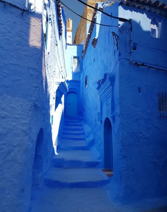 Escaleras de una callejuela de Chefchaouen, completamente azul