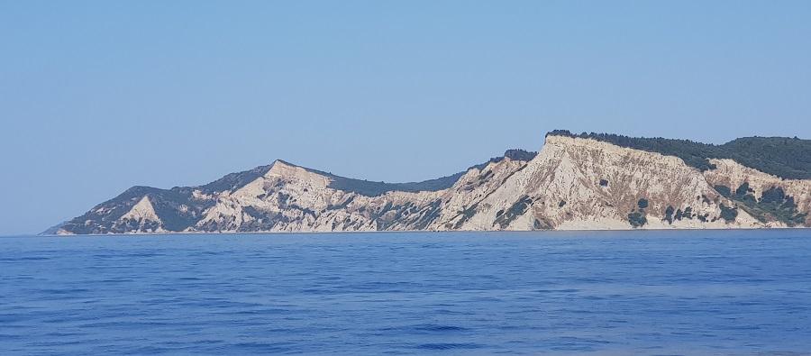 Cresta que enmarca Arkoudillas, la playa más espectacular de Corfú, en su extremo sur, desde el barco a Paxos