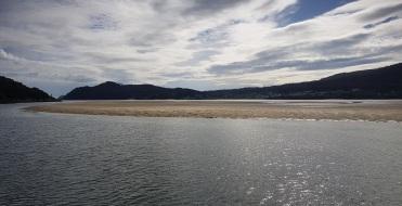 Desde O Porto do Barqueiro, lengua de arena en la desembocadura del río Sor, que marca el inicio de la playa de Arealonga