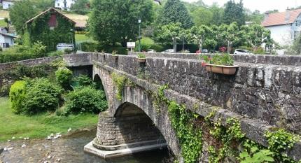 Puente de estilo romano sobre el río Nive des Aduldes, Saint Étienne de Baïgorry