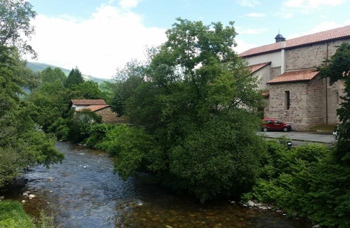Río Nive des Aduldes y, a su orilla, iglesia de Saint Étienne de Baïgorry