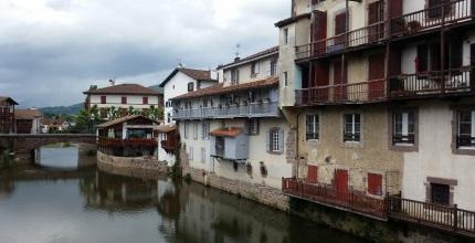 Rivera del Nive con las casas en el río