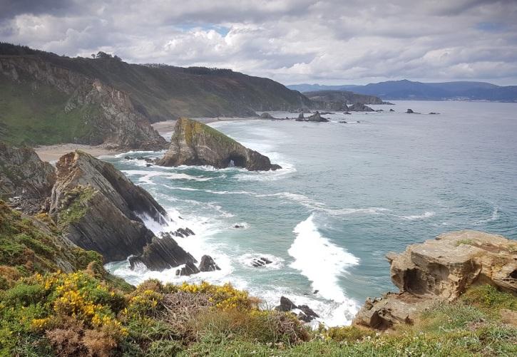 Acantilados de Loiba con O Coitelo, As Tres Marías y la playa de Fábrega. Al fondo, Cariño