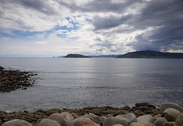 Desde O Coído do Porto de Bares, ría do Barqueiro, isla Coelleira y ría de Viveiro tras ella