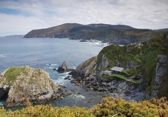 Entre Loiba y Picón, panorámica del lateral atlántico de Estaca de Bares, con la punta y el Estaquín al fondo