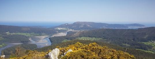 Ría de O Barqueiro con los meandros del Sor, O Vicedo, arena de Arealonga tras el bosque, O Porto de Bares y el giro hacia Estaca