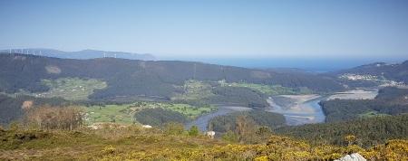 Parte alta de la ría de O Barqueiro, con la desembocadura del río Sor y O Vicedo y, tras Estaca de Bares, Ortegal y el oceáno Atlántico