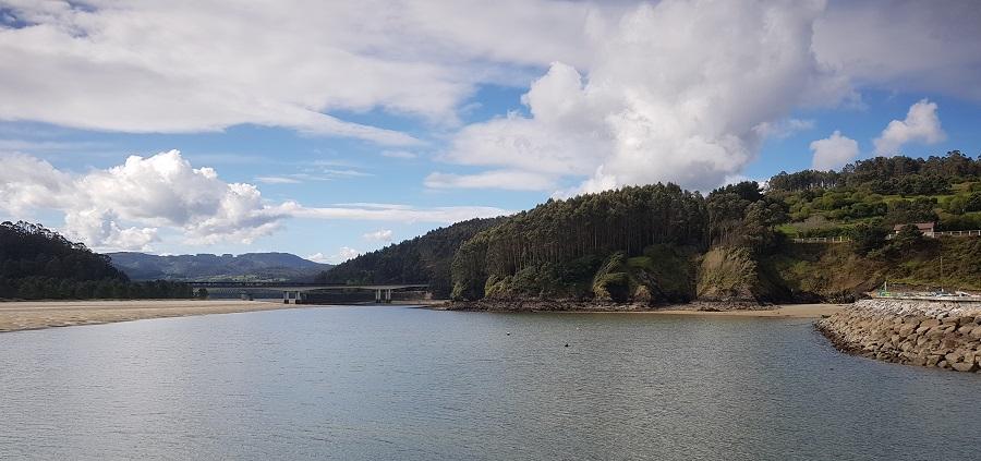 Desembocadura del río Sor y puente metálico desde O Porto do Barqueiro