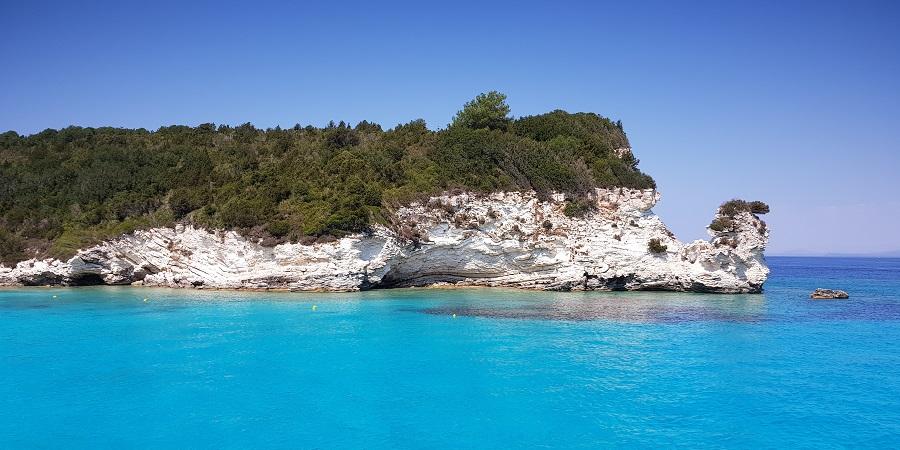 Explosivas aguas azules de la playa de Mesovrika, en Antipaxos, al sur de Paxos y Corfú