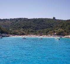 Playa de Vrika desde el agua, Antípaxos, Islas Jónicas
