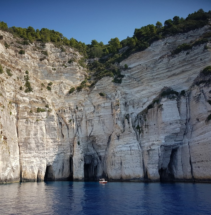 Cuevas azules en la costa occidental de Paxos